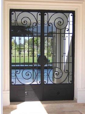 Puertas de hierro herrer a artesanal en puertas en hierro for Puertas de metal para interiores