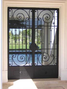 Puertas de hierro herrer a artesanal en puertas en hierro for Fotos de puertas de metal